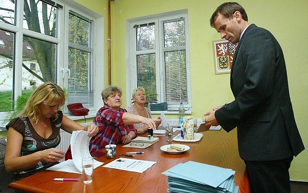 Jednička KSČM vLibereckém kraji Stanislav Mackovík volil vPertolticích pod Ralskem krátce po 17.hodině.