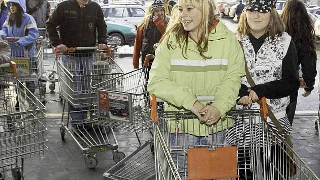 Šedesátka studentů se podle svých slov náhodou sešla ve čtvrtek 12.února před obchodním domem Kaufland v České Lípě a všichni najednou dostali chuť na rohlík. Každý si proto vzal nákupní vozík a vydal se pro něj.