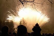 Na ohňostroj v Doksech se každoročně sjedou stovky návštěvníků.