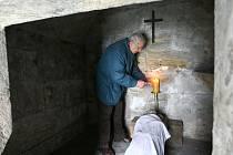 Význam Velikonoc si mohli lidé připomenout v areálu Božího hrobu v Mimoni. Na snímku Josef Pobuda ze Společenství historie Mimoně, Ralska a okolí.