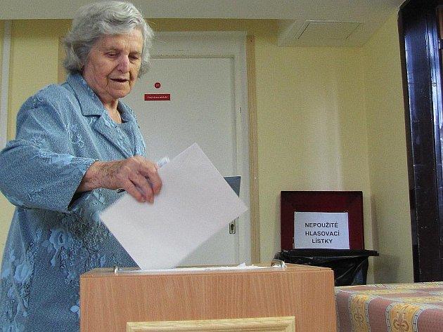 Krátce po otevření volební místnosti v zákupském Domu seniorů dorazila k urnám početná skupina místních voličů.