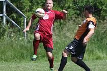 V předposledním zápase sezony vyhrála D. Libchava nad Zákupy po penaltách. Pavel Pohorský se snaží zastavit Vojtěcha Balvína.
