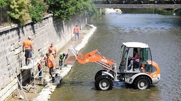 Ani po kolena vody nemají opraváři koryta českolipského toku Ploučnice. Řady pískovcových kvádrů na 180 metrů dlouhém obezděném úseku řeky odplavila voda.