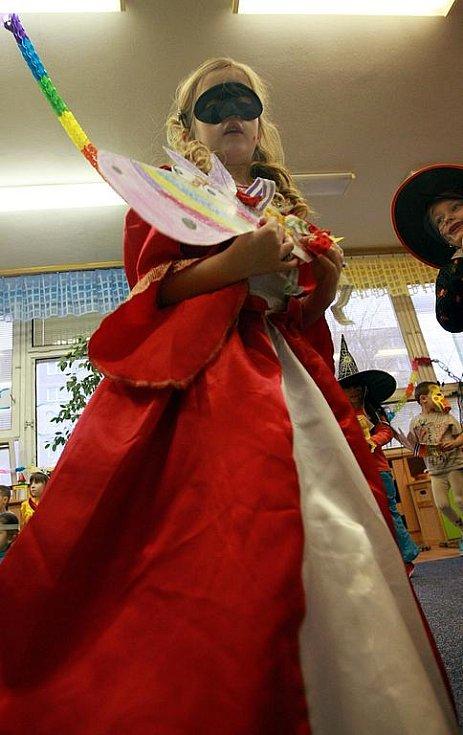 Předškoláci v nápaditých maskách absolvovali improvizovaný průvod v prostorách mateřinky a podle lidového zvyku také pohřbili basu. A chybět nemohly ani pravé masopustní koláče.