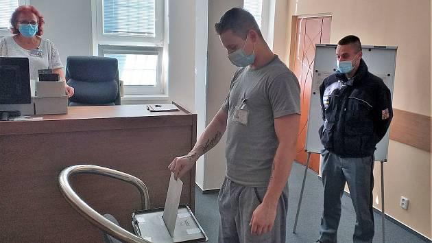 Ve Stráži pod Ralskem chce hlasovat 260 z 641 odsouzených mužů.