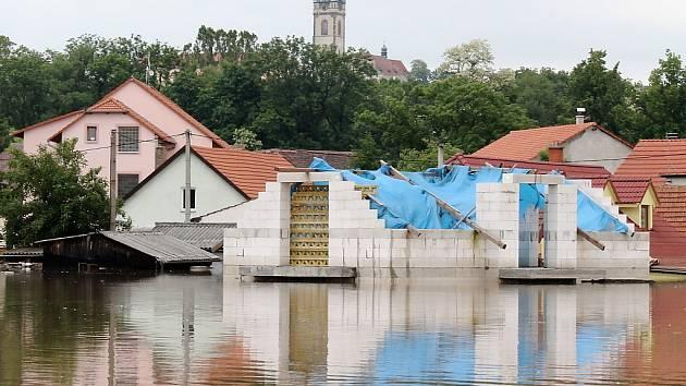 V Hoříně na Mělnicku bylo při červnové povodni až sedm metrů vody. Některým domům byl vidět jen štít střechy. Všichni obyvatelé byli evakuováni.