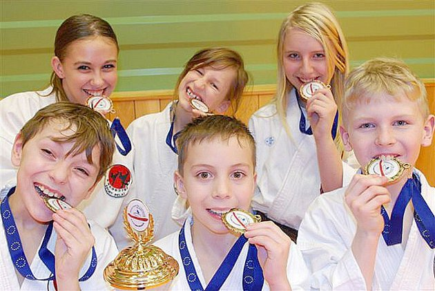 Mistři ČR Lukáš Pevný, Milan Zítko, Daniel Razák a bronzový tým děvčat Tereza Zlatohlávková, Lucie Kočandrlová a Tereza Bittnerová.