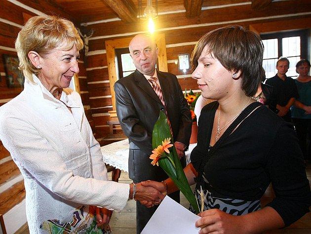 V Kravařích vypustili letošní deváťáky do světa stylově na Vísecké rychtě (snínek nahoře). Popřát jim kromě jejich učitelů nebo zástupců místní samosprávy přijela i náměstkyně ministra školství Eva Bartoňová.