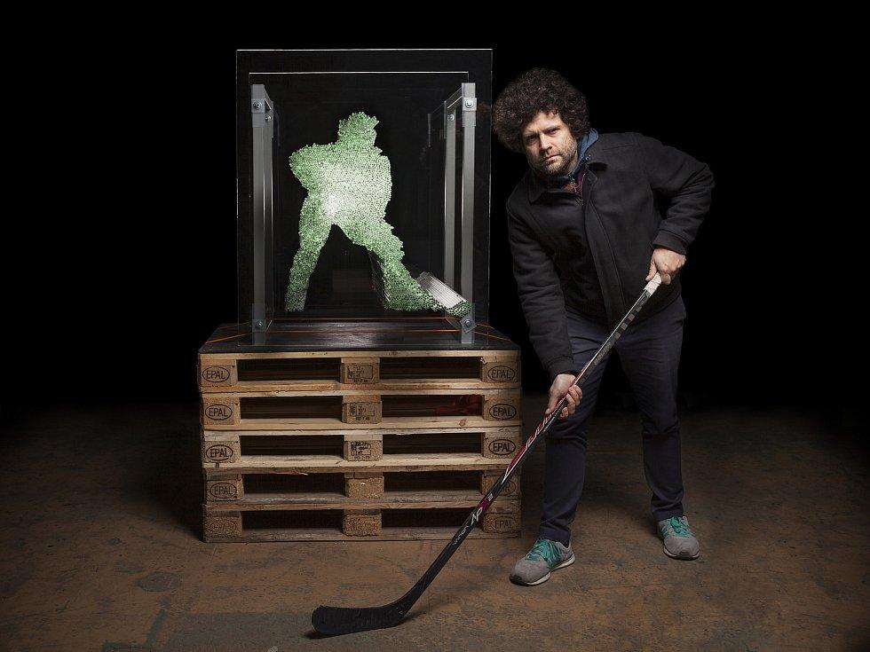 Ve sklárnách na Novoborsku se zrodily sochy kreativního ředitele Lasvitu Maxima Velčovského (na snímku), které budou vítat návštěvníky Českého olympijského domu v Pchjongčchangu.