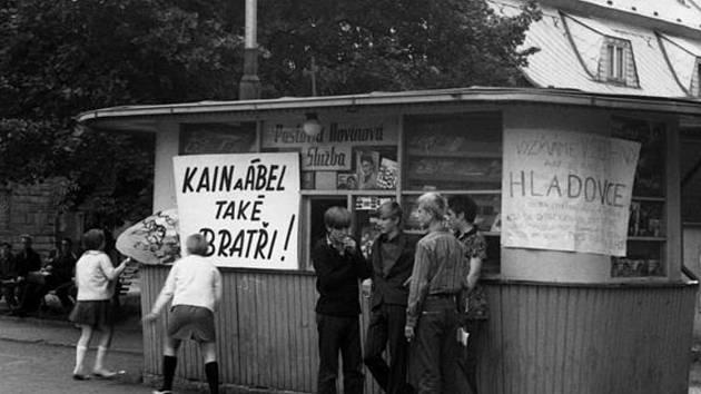 Jan Palach fotografie s největší pravděpodobností pořídil při cestě za bratrem Jiřím, který žil v nedalekém Kamenickém Šenově a Jan Palach tam měl dokonce trvalé bydliště.