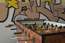 Klub Vafle je pohodový prostor. Je tu teplo, gauč, hry, počítač, internet a fotbálek. Děti a mládež si sem mohou zalézt a trávit čas s vrstevníky i s pracovníky klubu.