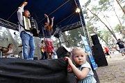 Hudba, pohoda i déšť. Sobotní festival Rozmarné léto na pláži Klůček u Máchova jezera nabídl vše, co k takové pravé letní akci patří.
