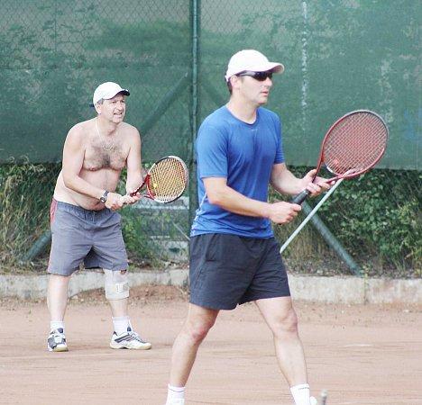 Soustředěný výraz stříbrné dvojice: Pavel Slejška a Vašek Konopiský při tenisové čtyřhře.