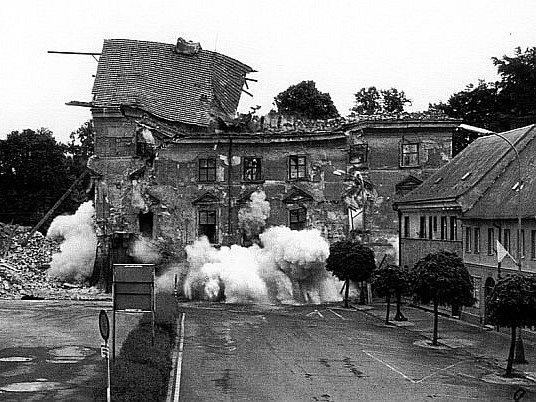 Zámek byl definitivně 9. června 1985, přesně před 30 lety, po řízených i jednom neřízeném odstřelu srovnán se zemí.