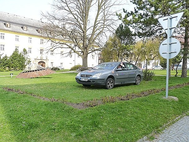 Protest. Pavel Danys ve čtvrtek protestoval proti záboru části parku přímo na místě. Zaparkoval na trávník.