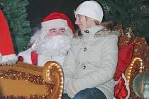 Novoborští zaplnili zdejší náměstí, aby se zejména děti mohly podívat na Santa Clause a posedět s ním v jeho saních.