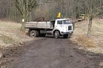 Silnice z Kravař do Tanečku projde rekonstrukcí. Nyní ji tvoří bláto, kameny a voda. Stavebníci již zahájili práce na úpravách, místy je tato komunikace neprůjezdná.
