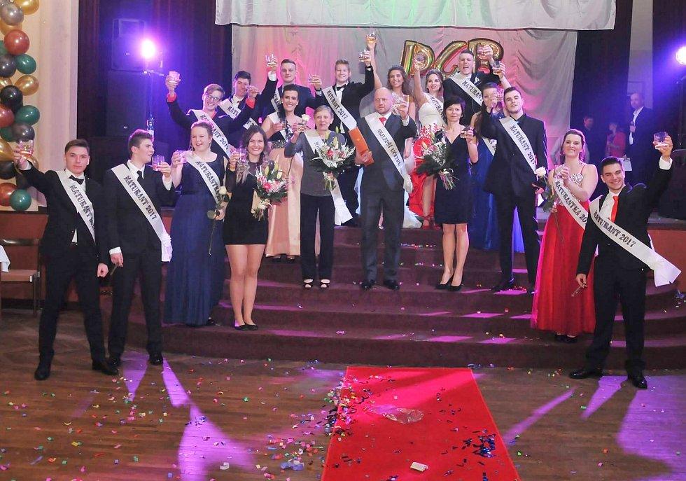 Letošní plesovou sezonu zahájili studenti z českolipské Euroškoly. Přesněji žáci ze třídy P4B v čele s třídním učitelem Tomášem Kuchařem. Celý večer moderoval komik Karel Hynek.