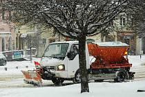 Úklid sněhu na českolipském náměstí.