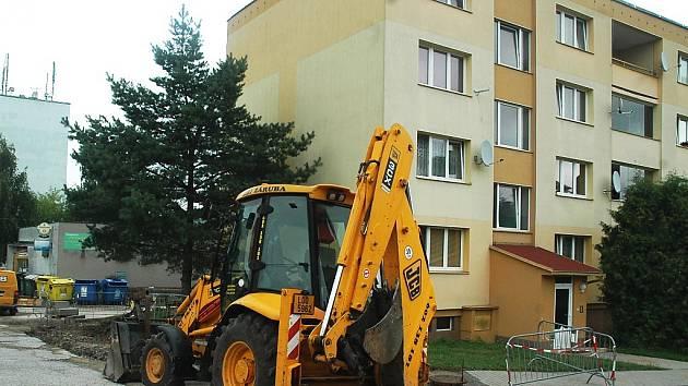 Bagry a další těžké stavební stroje válcují v těchto dnech sídliště ve Cvikově. Kvůli rozsáhlým opravám silnic a chodníků.