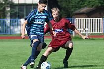 Müller se snaží obejít hostujícího obránce Hejla (v rudém).