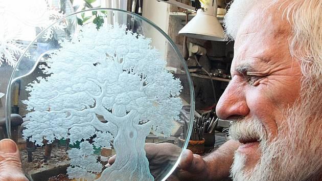 Tři díla určená pro mezinárodní výstavu anglické asociace rytců skla, která se bude v létě konat v anglické Cambridgi, dokončuje ve své dílně Arno Čančík z Nového Boru. Na každém z nich pracoval týden.