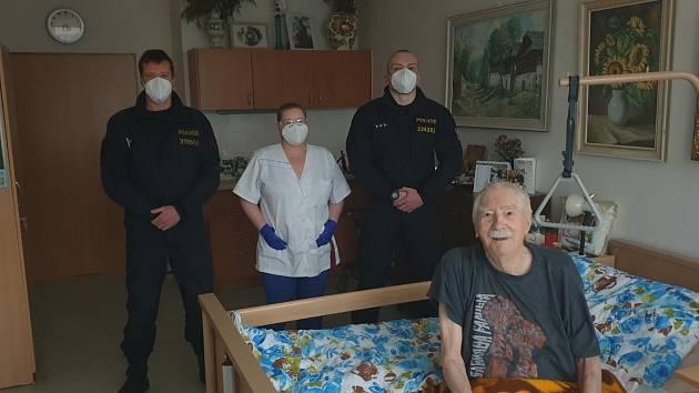 Policisté pomáhají v Penzionu pro seniory s pečovatelskou službou v České Lípě.