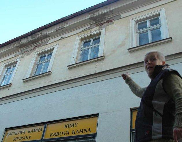 Na opadávající omítku ukazuje Jana Procházková