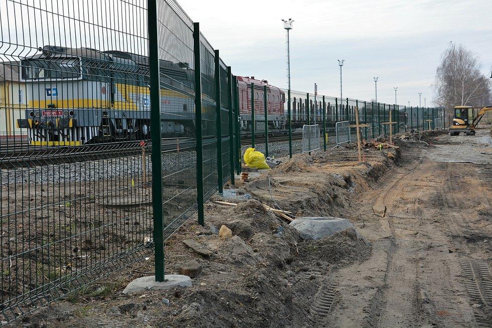 Dlouho plánovaný chodník od podchodu na hlavním českolipském nádraží začíná nabývat jasných rozměrů.
