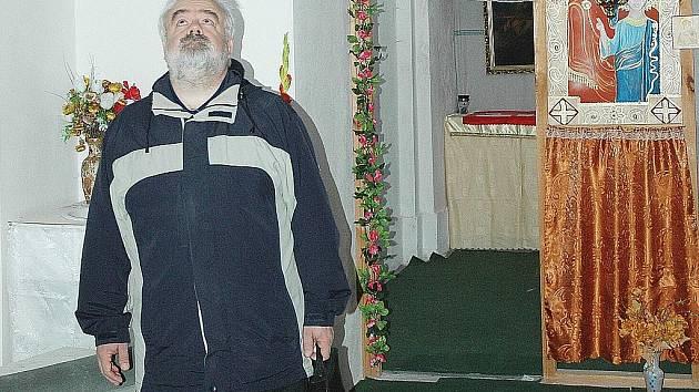 Sochu sv. Jana Nepomuckého, která do 70. let minulého století stávala v nice kamenného vikýře, zachránil před zánikem strážský pamětník Miroslav Šír.