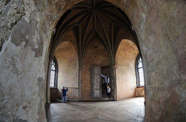 Otýden později než ostatní památky zahájil vsobotu sezonu královský hrad Bezděz. Letos rozšíří kulturní program a vlétě otevírací dobu.