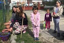 Zahradnice Božena Gabrišková a  Adéla Červená s dětmi začaly nadšeně  pracovat na zkrášlení dvorku před azylovým domem.