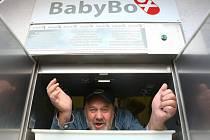 U montáže úplně nového zařízení nechyběl Ludvík Hess, zakladatel myšlenky babyboxů.