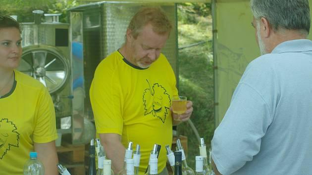 Pátý ročník vinobraní u Máchova jezera přilákal na dva tisíce návštěvníků.