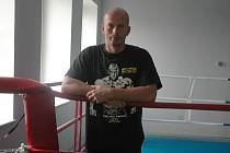 RADEK PROCHÁZKA. Před pěti lety si tři týdny před startem na mistrovstvím světa v kickboxu zlomil ruku a přišel o vrchol kariéry. Teď si v České Lípě plní dávný sen ve vlastním fitcentru.