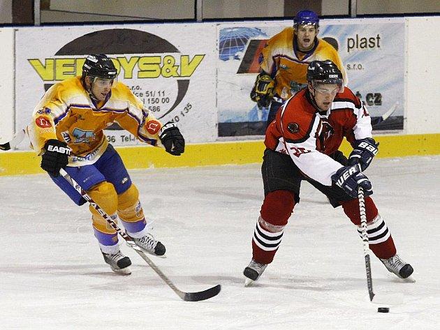 Kadlec (vlevo) se Stehlíkem se snaží zastavit pronikajícího Jirkovského.