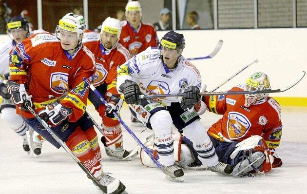 V nové českolipské sportovní hale sehrály přípravné utkání extraligové týmy Liberce a Pardubic.