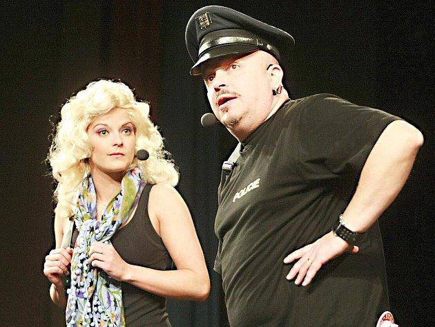 Ve úterý uvedlo Městské divadlo v Novém Boru pořad Ze dvou se to lépe táhne Zdeňka Izera a Šárky Vaňkové.