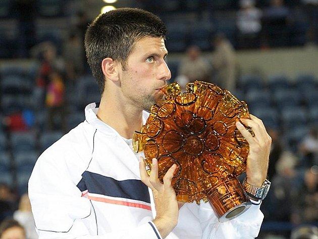 Světová tenisová jednička Novak Djokovič s trofejí z dílny novoborských sklářů.