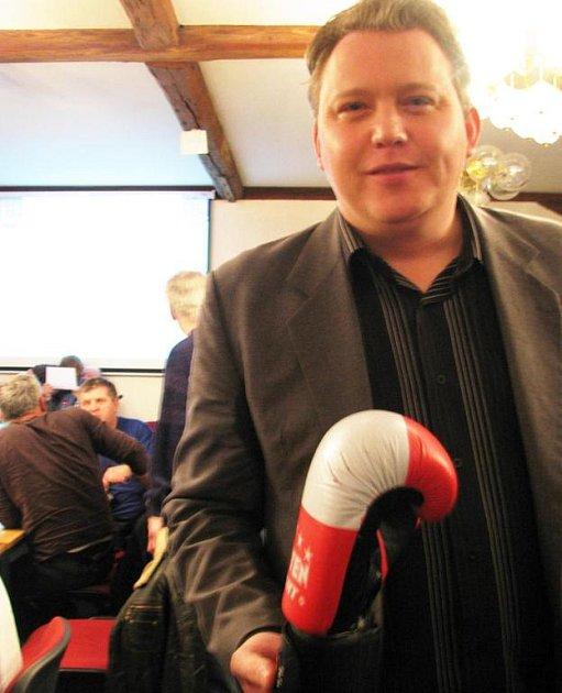 Boxerské rukavice přinesl Radek Stehlík na středeční zasedání zastupiteli Nového Boru Fratnišku Novosadovi.
