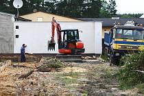 Přípravy na stavbu nové haly na sídlišti v Ploužnici, kde se budou vyrábět betonové prefabrikáty, jsou v plném proudu.
