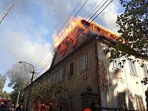 K požáru bytového domu ve Sloupu zamířilo osm jednotek hasičů. Při zásahu se tři hasiči lehce zranili, když se u domu propadla střecha.