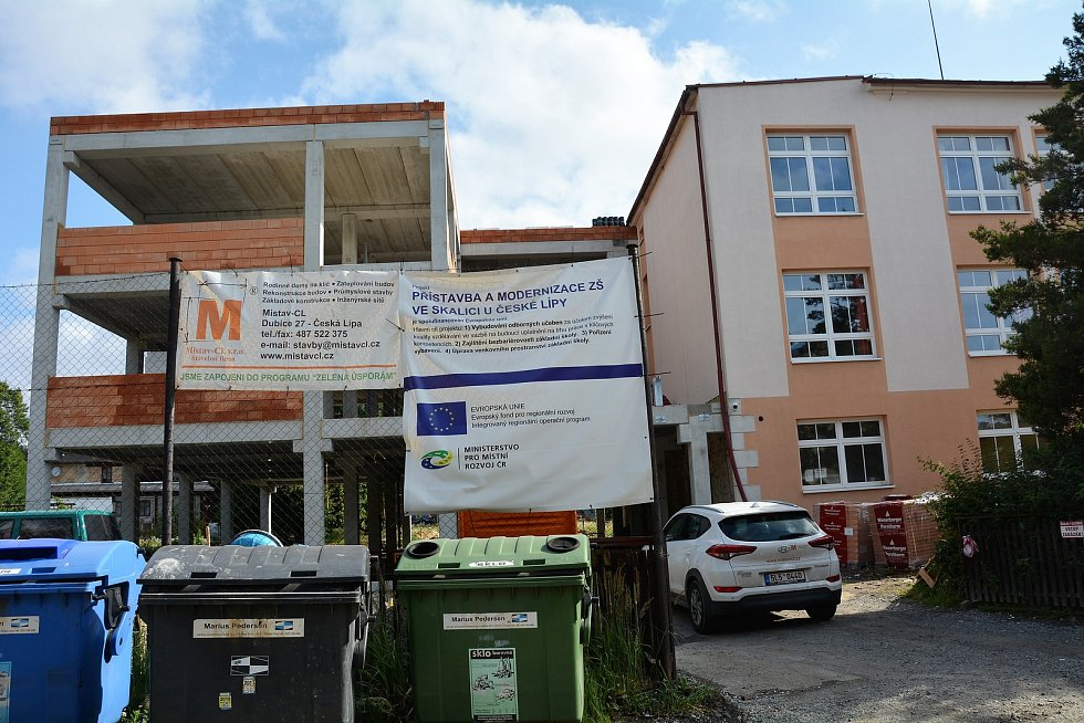 Ve Skalici u České Lípy přistavují celou budovu druhého stupně zdejší základní školy.