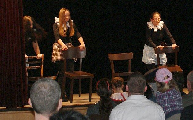 Studenti zgymnázia připomněli 400.výročí úmrtí dramatika Williama Shakespeara nastudováním jeho poslední hry Bouře.