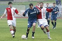 Třetiligový Arsenal Česká Lípa podlehl v domácím prostředí silné Kunici 0:5. Vrabec proniká mezi Engelmannem a Brabcem.