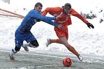 Bílá peřina pokryla fotbalové hřiště v Harcově, kde se utkal českolipský Arsenal s rezervou Liberce.