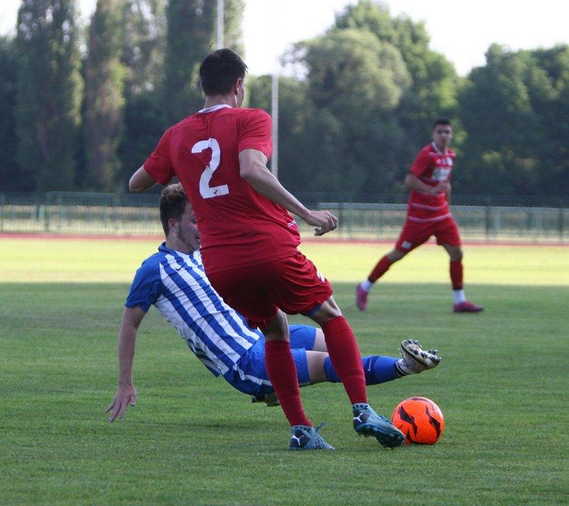 Starší dorostenci českolipského Arsenalu (v modrém) doma prohráli s Ústím nad Labem 0:2.