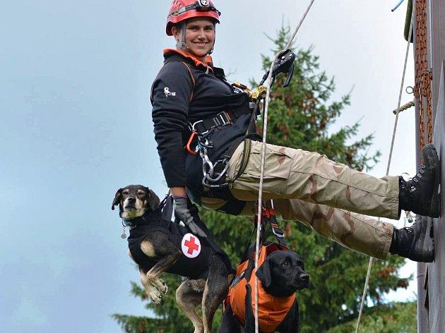Psovodka Martina Taterová se psími záchranáři Jackem a Terezou.