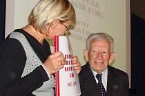 Autor kroniky Josef Špachman a Alenou Forgáčovou, vedoucí odboru školství, kultury a sportu Městského úřadu v Novém Boru.