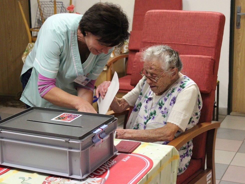 V novoborském stacionáři odvolila nejstarší obyvatelka Českolipska, Anna Hejná, která v létě oslavila 103. narozeniny.